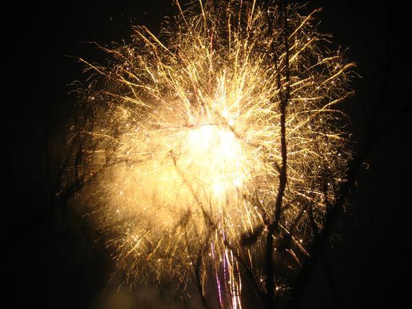 Нека през новата година във вашите очи,  да има ей такива бляскави искри! (((-: